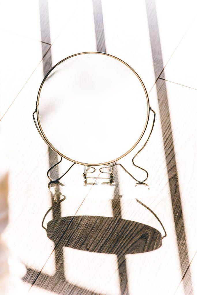 Ein Spiegel kann helfen, aber wer sieht uns wirklich so nah wie wir selbst uns sehen?